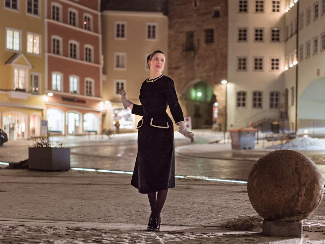 Mode-Bloggerin RetroCat in einem schwarzen Cord-Kleid von Ginger Jackie