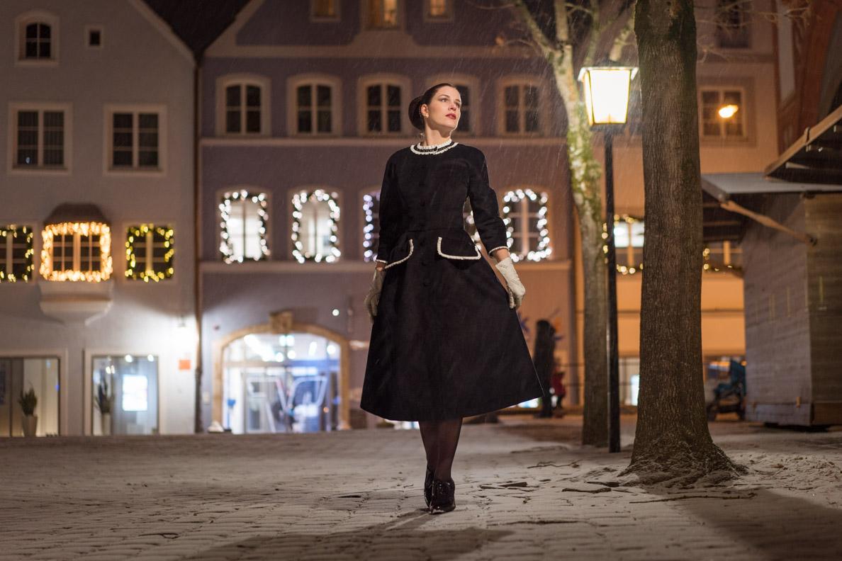Vintage-Bloggerin RetroCat in einem schwarz-weißen Winter-Kleid von Ginger Jackie