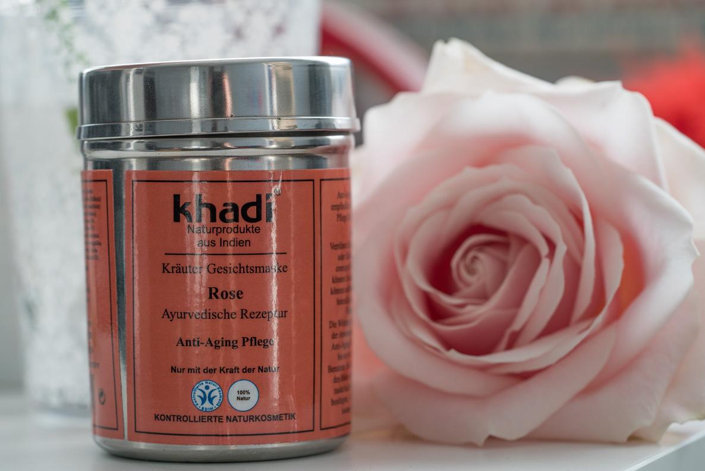 Eine Gesichtsmaske mit Rosen von der Naturkosmetikmarke Khadi