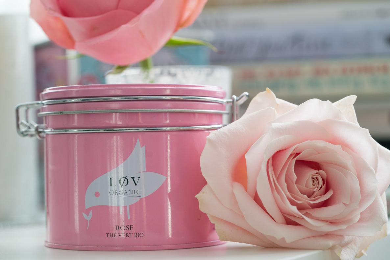 Der grüne Rosentee von Lov Organic und eine pinke Rose