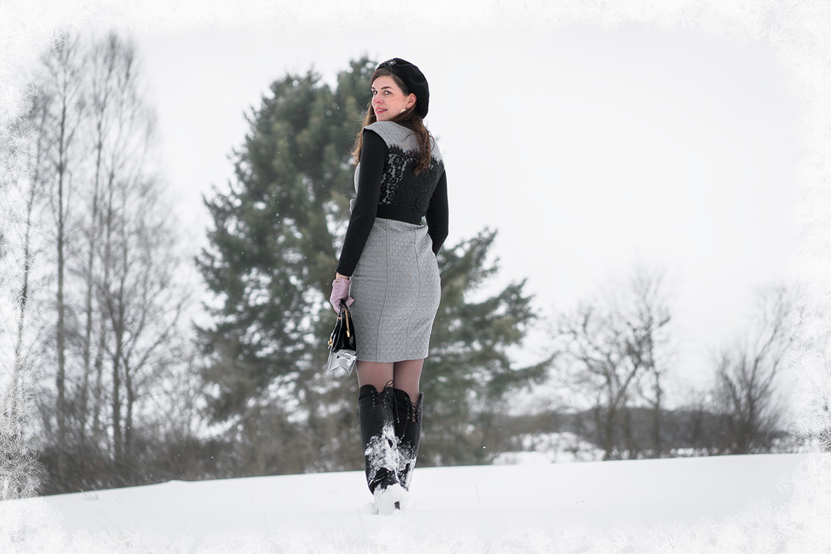 Fashion-Bloggerin RetroCat mit Etuikleid und Over-the-Knee Boots