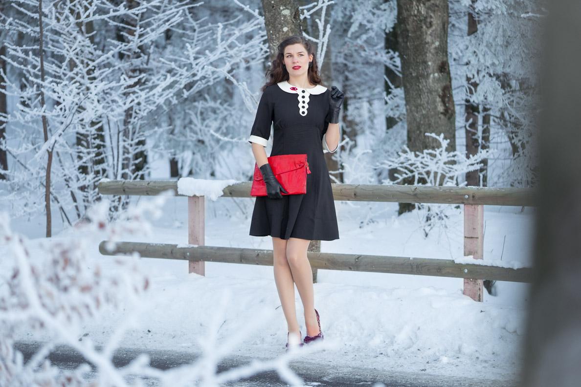 Sandra vom Vintage-Blog RetroCat mit schwarzem Kleid und roter Vintage-Handtasche