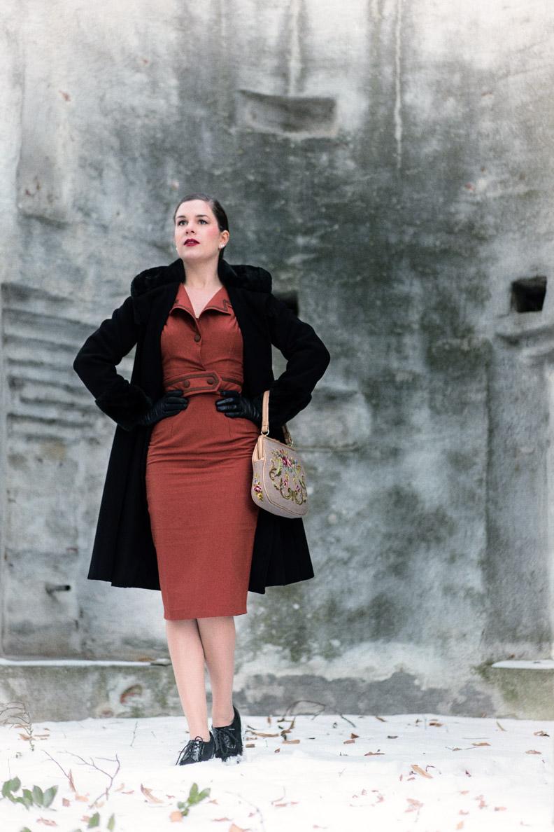 Sandra vom Vintage-Blog RetroCat in einem rostfarbenen Bleistiftkleid von Daisy Dapper
