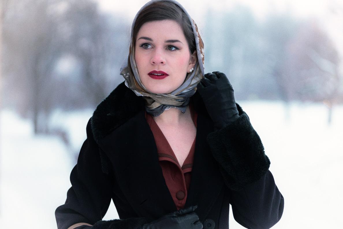 Vintage-Bloggerin RetroCat mit Retro-Mantel und Kopftuch
