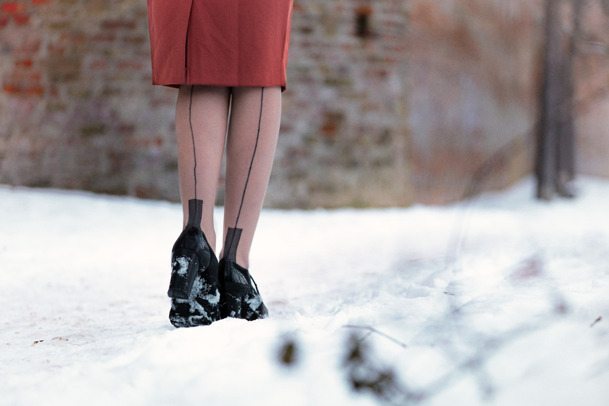 RetroCat mit Ankle-Boots und Nahtstrümpfen von Secrets in Lace Europe