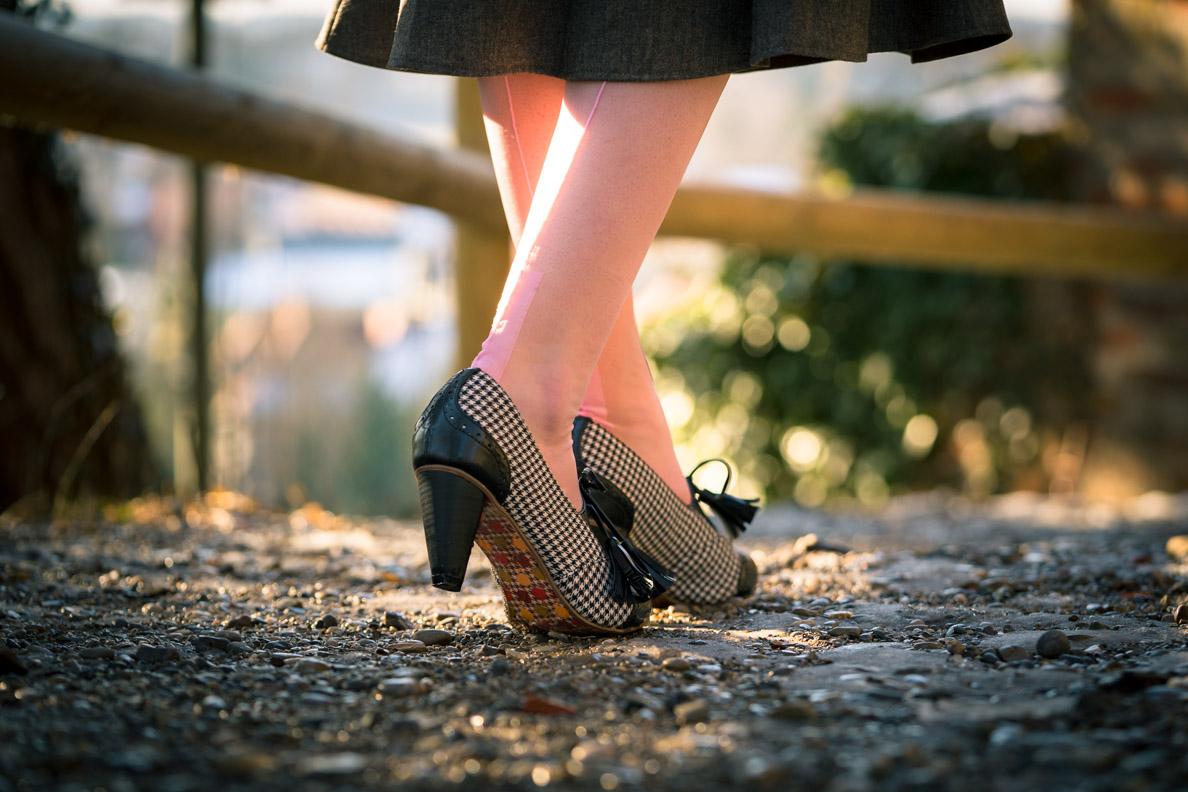 Vintage-Bloggerin RetroCat mit den Moss Garden Heels von Banned und rosa Nahtstrümpfen von Secrets in Lace