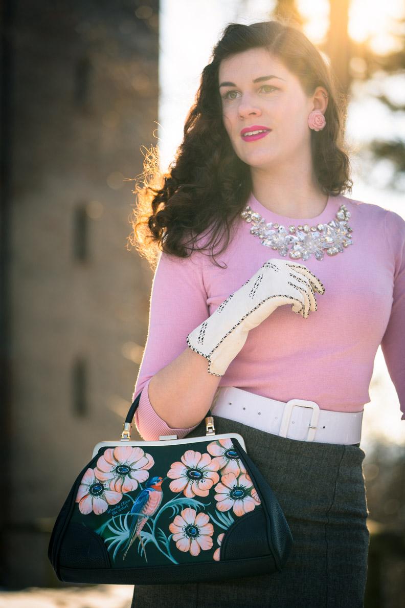 RetroCat mit Retro-Tasche, Vintage-Handschuhen und rosa Pullover von Ted Baker