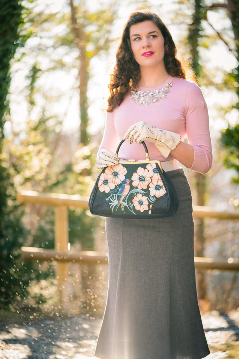 Vintage-Bloggerin RetroCat mit einem 30er-Jahre-Rock und rosa Pullover