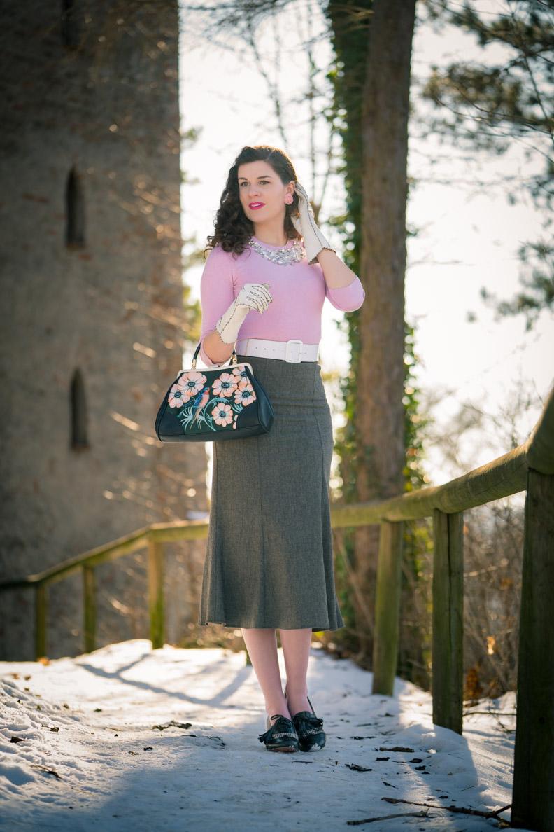 RetroCat mit rosa Pullover, grauem Rock und Retro-Schuhen