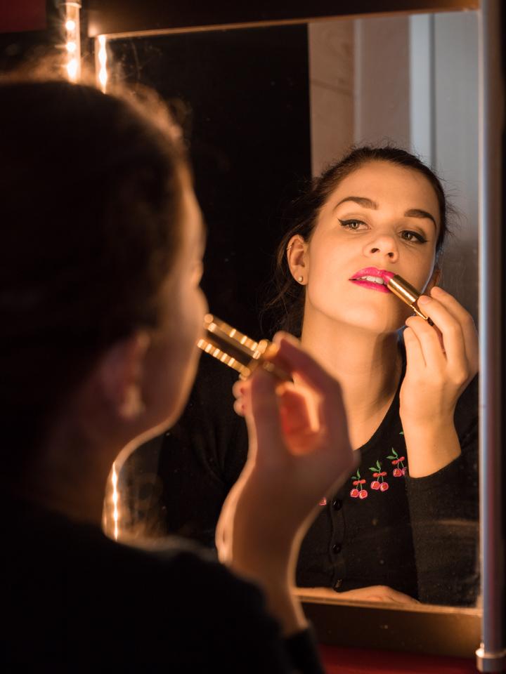"Beauty-Bloggerin RetroCat beim Auftragen des YSL Rouge Pur Couture Lippenstiftes in ""Le Fuchsia"""