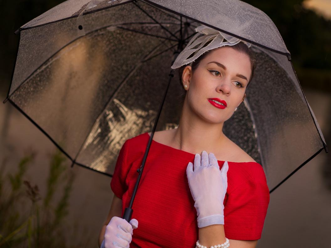 Beauty-Bloggerin RetroCat mit einem regenfesten 50er-Jahre-Make-up