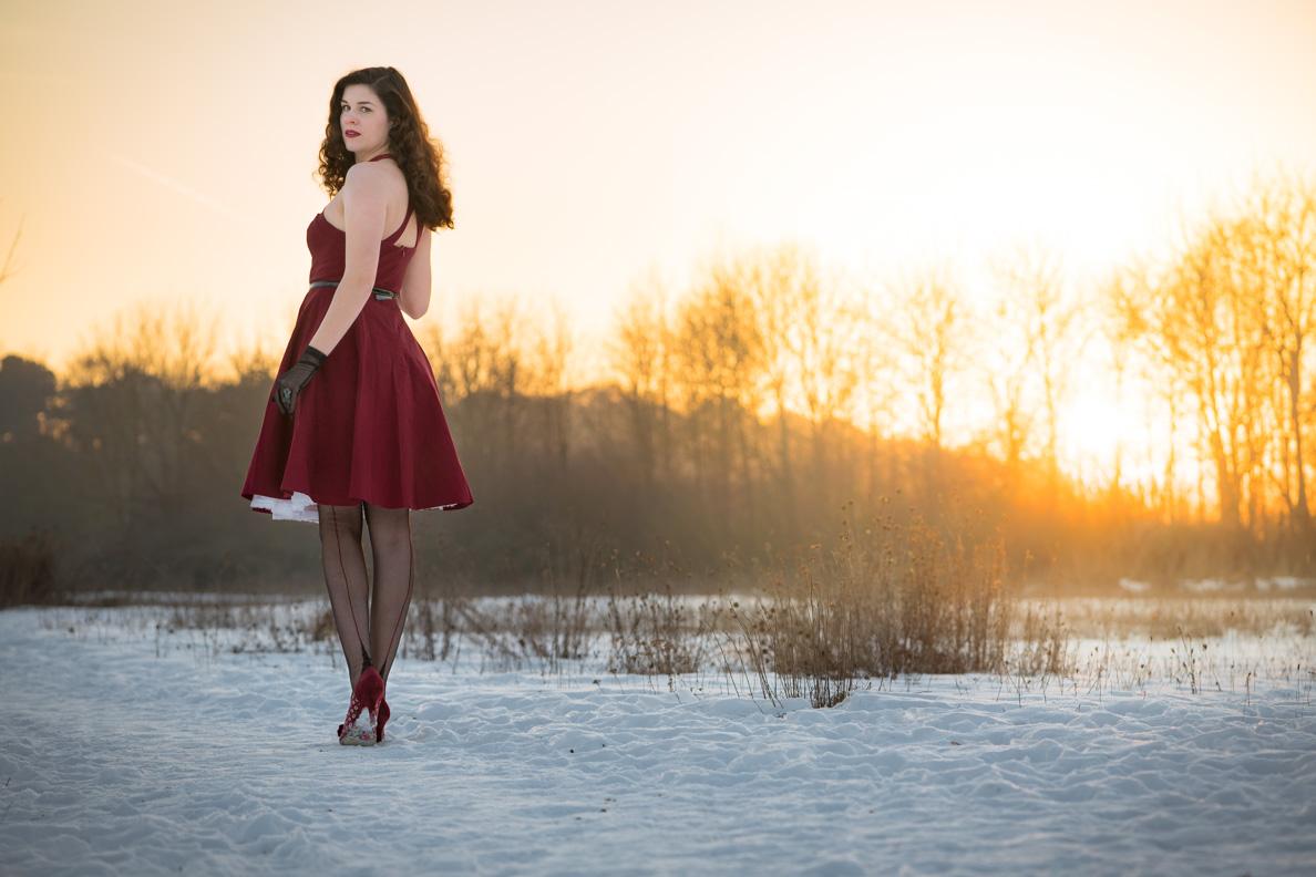 RetroCat mit rotem Retro-Kleid und eleganten Nahtstrümpfen