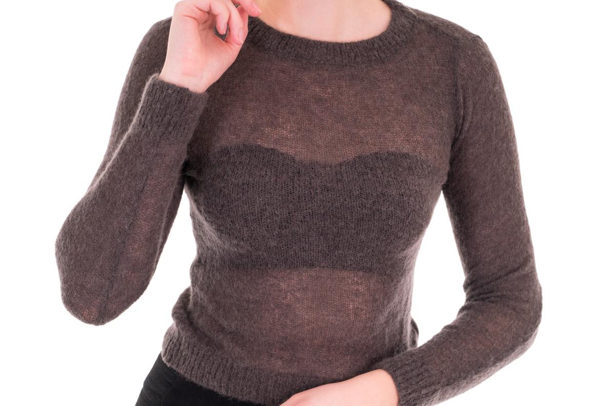 Der Sophisticated Strapless Bra unter einem durchsichtigen Pullover