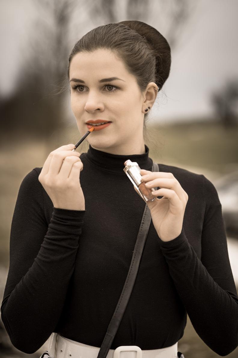 RetroCat mit Rollkragenpullover und dem Dior Addict Fluid Stick