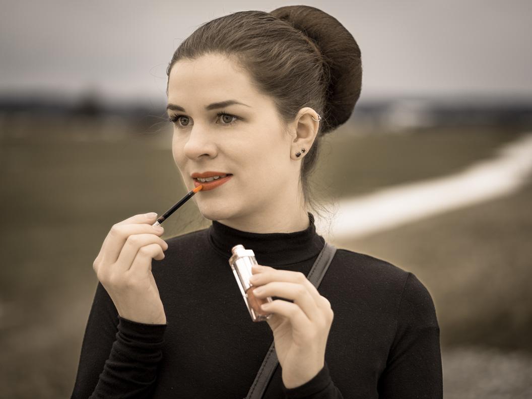 Beauty-Bloggerin RetroCat mit dem Dior Addict Fluid Stick und großem Dutt