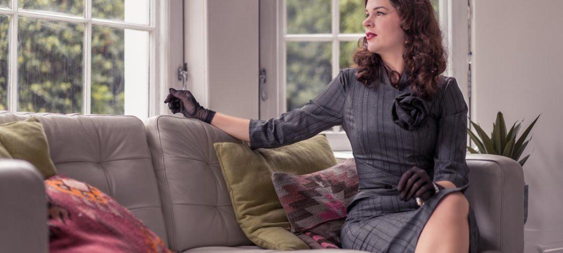 Graue Maus mal anders: Ein elegantes graues Bleistiftkleid im Vintage-Stil