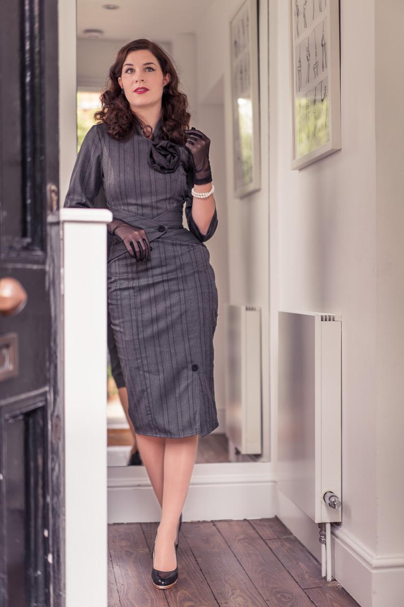 Bloggerin RetroCat in einem grauen Bleistiftkleid designt von Idda van Munster