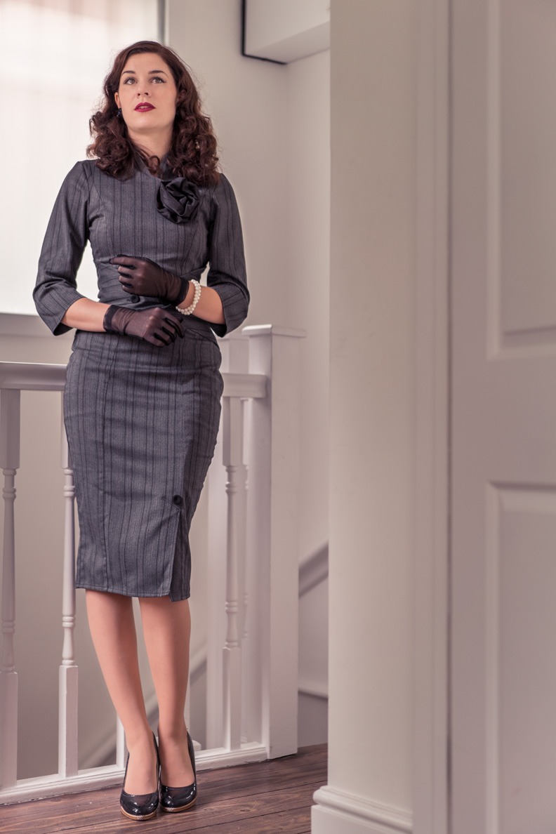RetroCat mit einem eleganten Bleistiftkleid designt von Idda van Munster