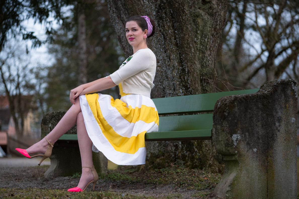 RetroCat mit Retro-Kleid, Cardigan und pinken Accessoires