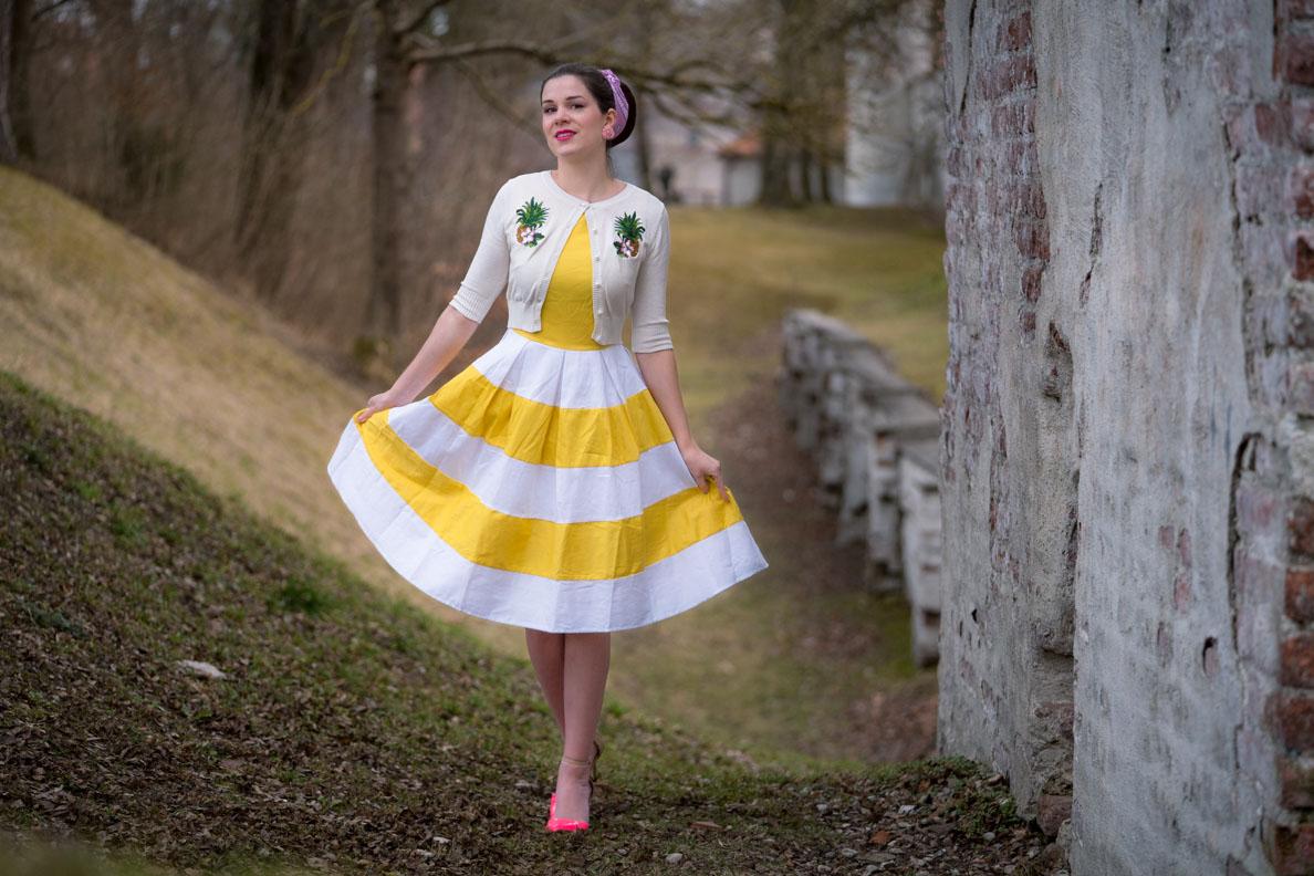 Vintage-Bloggerin RetroCat in dem gelb-weißen Anna Dress von Dolly and Dotty