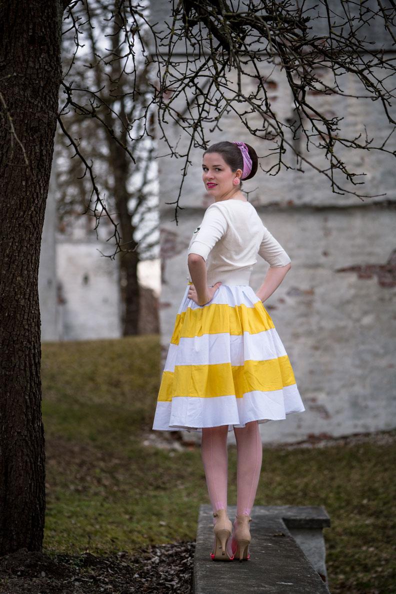 RetroCat in einem gelb-weißen Retro-Kleid von Dolly and Dotty