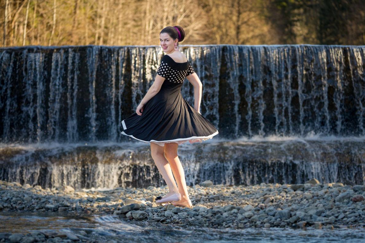 RetroCat in einem schwarzen Swing-Kleid im Stil der 50er