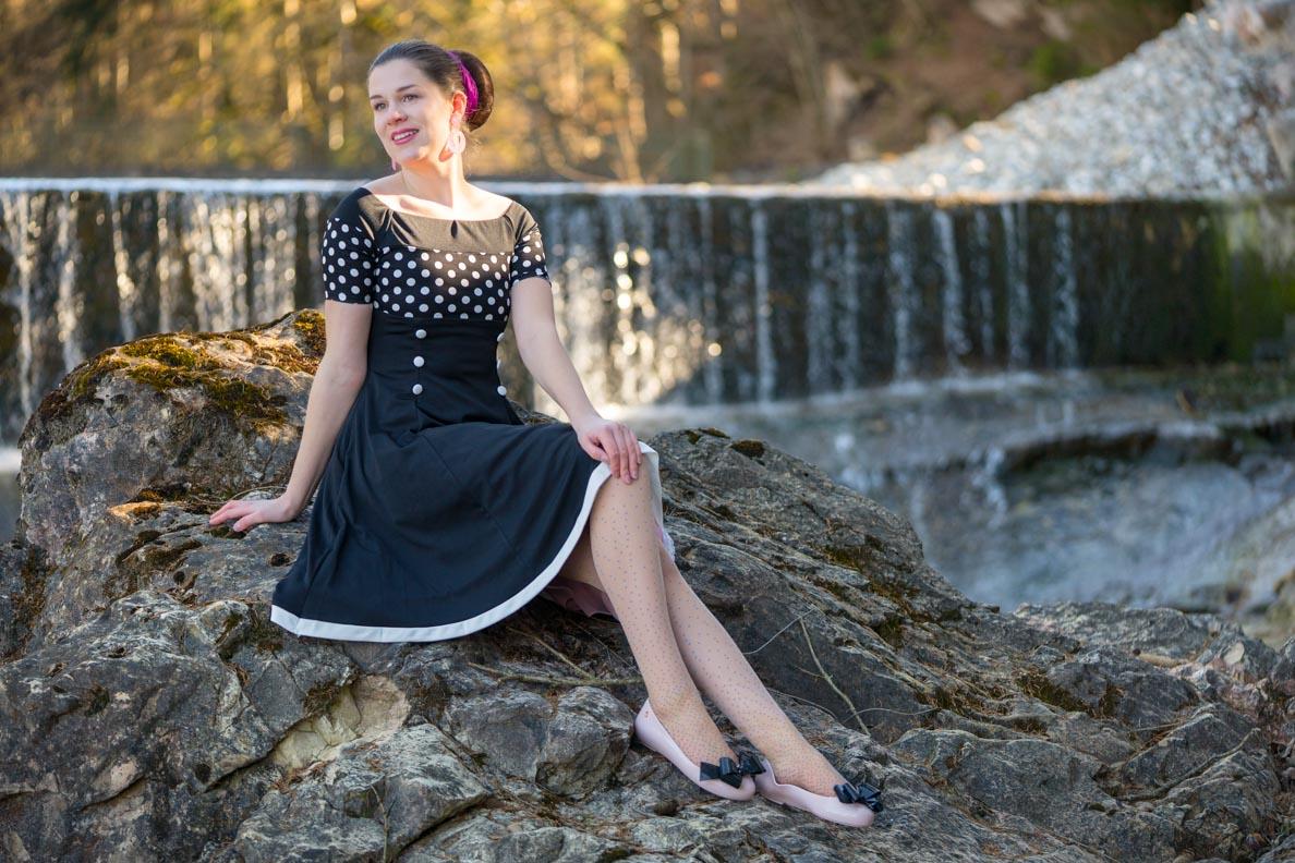 Bloggerin RetroCat mit schwarzem Retro-Kleid und pinken Ballerinas