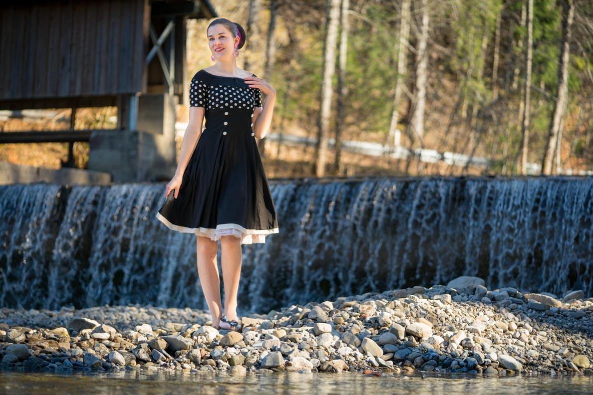 Vintage-Bloggerin RetroCat in einem maritimen Retro-Kleid von BlackButterfly