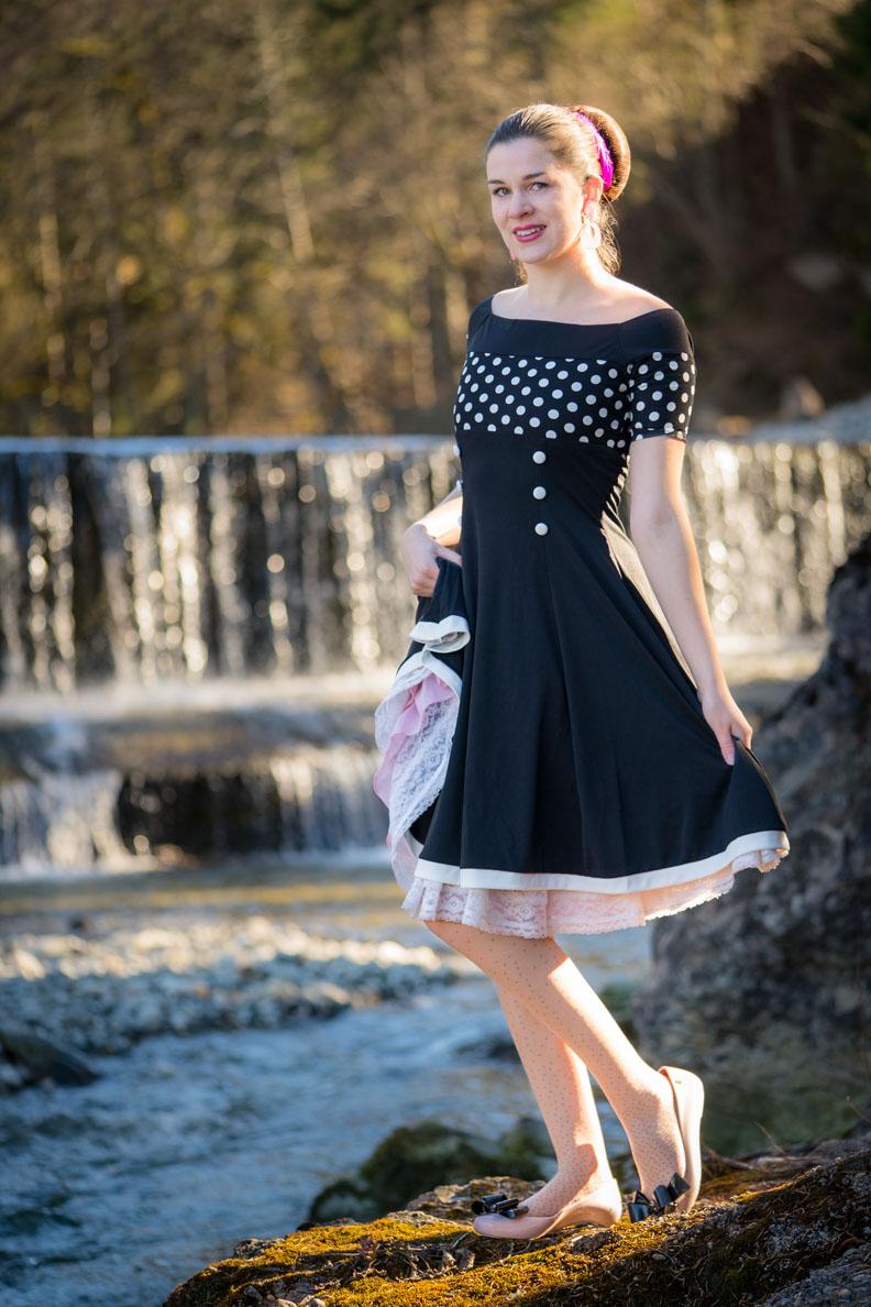 RetroCat mit schwarzem BlackButterfly-Kleid und pinkem Vintage-Petticoat