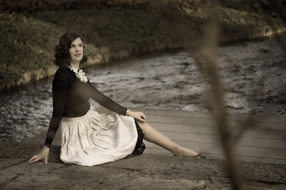 RetroCat in einem eleganten Retro-Outfit inspiriert von Coco Chanel