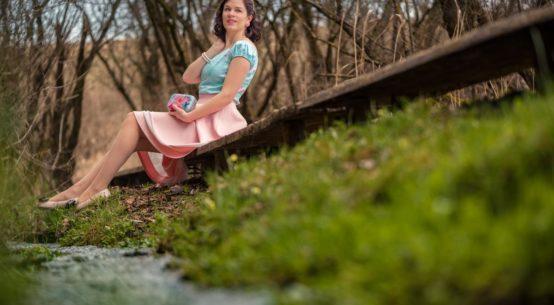 Rosarote Zeiten: Ein farbenfroher Frühlings-Look im Retro-Stil
