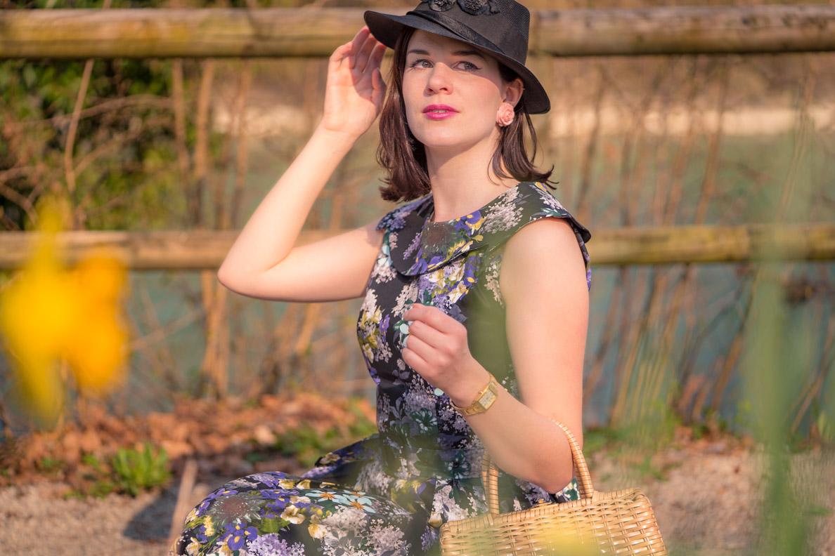 Vintage-Bloggerin RetroCat mit Blumenkleid und einem Hut aus den 50ern