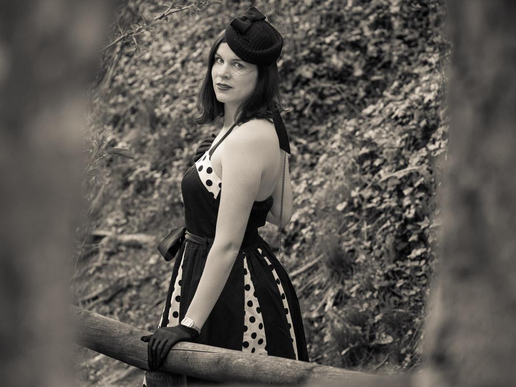 Vintage-Bloggerin RetroCat mit Retro-Kleid und kleinem Vintage-Hut