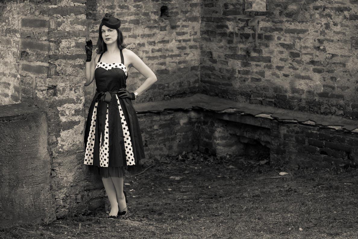 Sandra vom Vintage-Blog RetroCat mit einem schwarz-weißen Retro-Kleid von BlackButterfly
