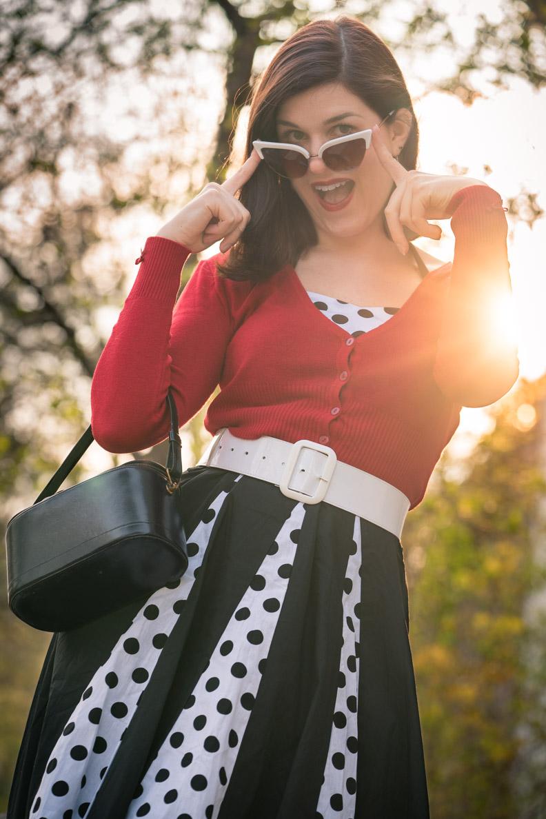 Bloggerin RetroCat mit Polka-Dot-Kleid und Retro-Sonnenbrille