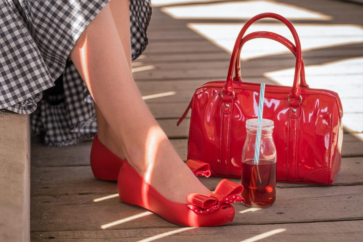 RetroCat mit Disney-Schuhen von Melissa, roter Handtasche und niedlicher Trinkflasche