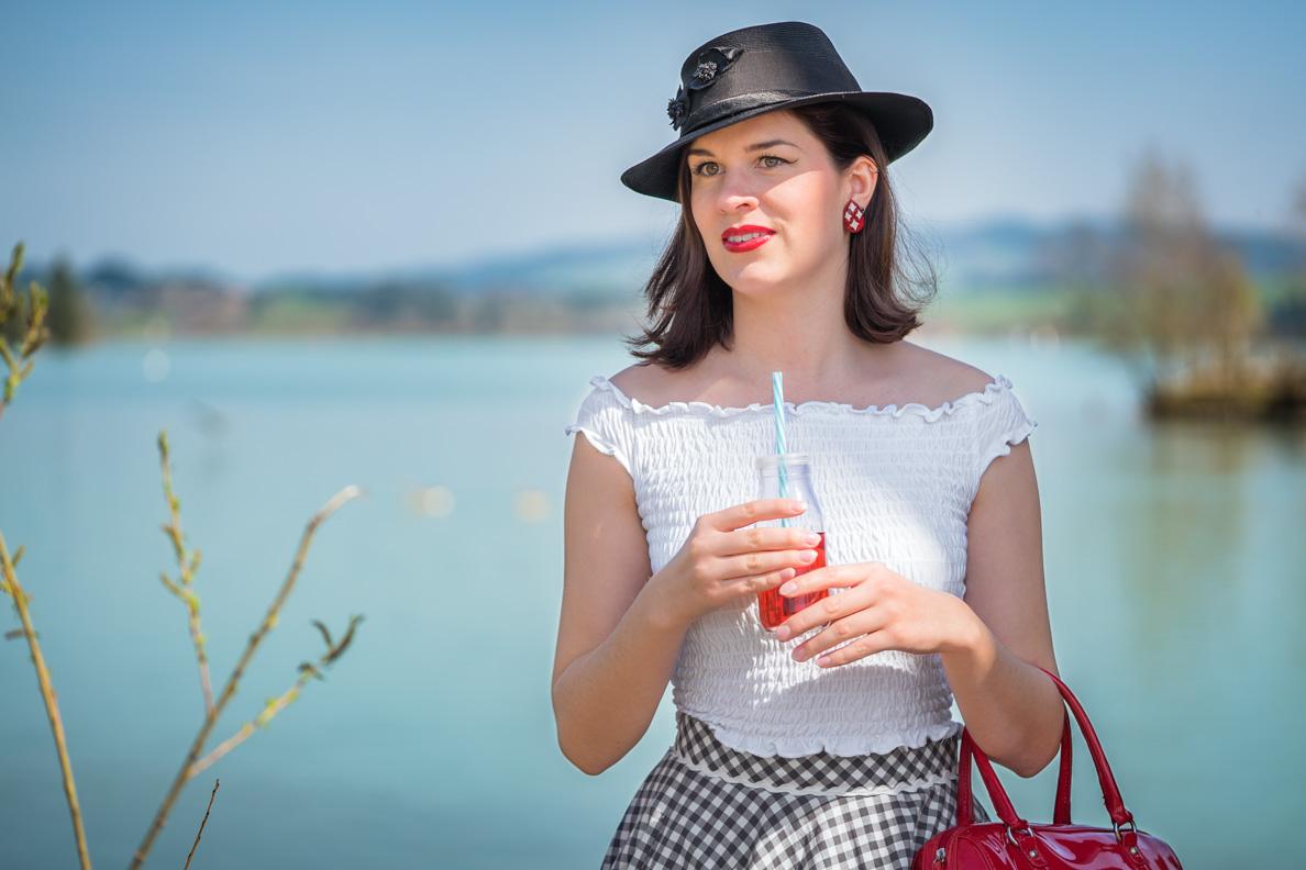 Fashion-Bloggerin RetroCat mit weißem Top und schwarzem Vintage-Hut aus den 50ern
