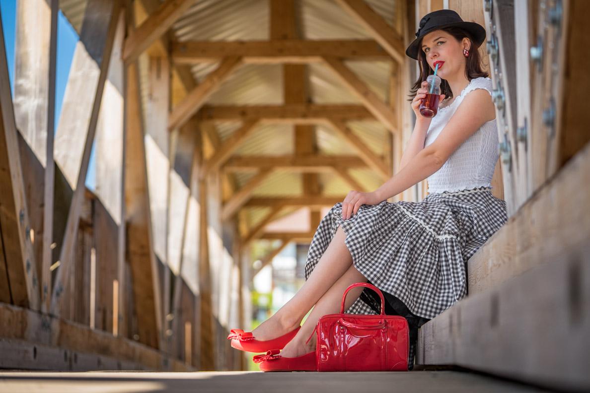RetroCat mit frühlingshaftem Retro-Outfit und Trinkflasche mit Strohhalm