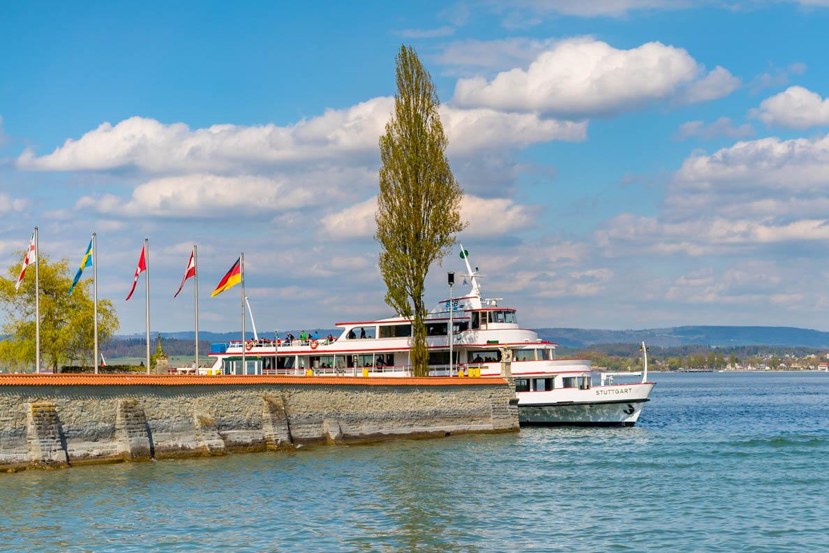 Ein Schiff an der Anlegestelle Mainau im Bodensee