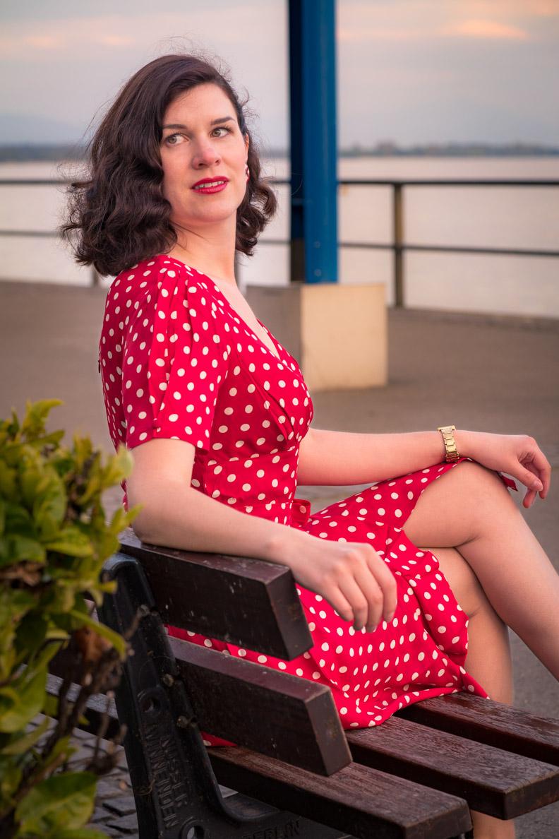 Mode-Bloggerin RetroCat in einem roten Wickelkleid mit weißen Punkten