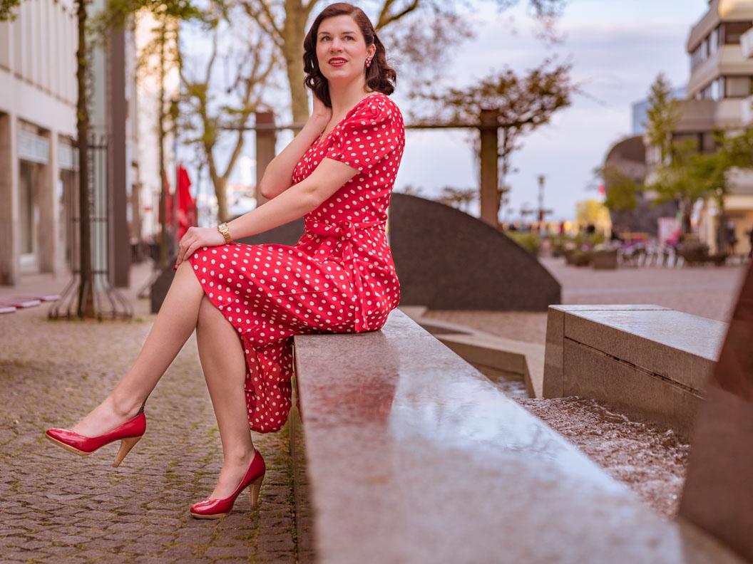 RetroCat in einem eleganten Retro-Kleid im Stil der 40er