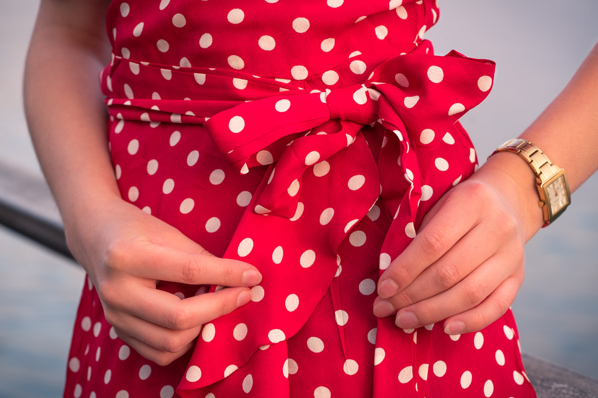 RetroCat mit einem Kleid im Stil der 40er und einer klassischen Armbanduhr