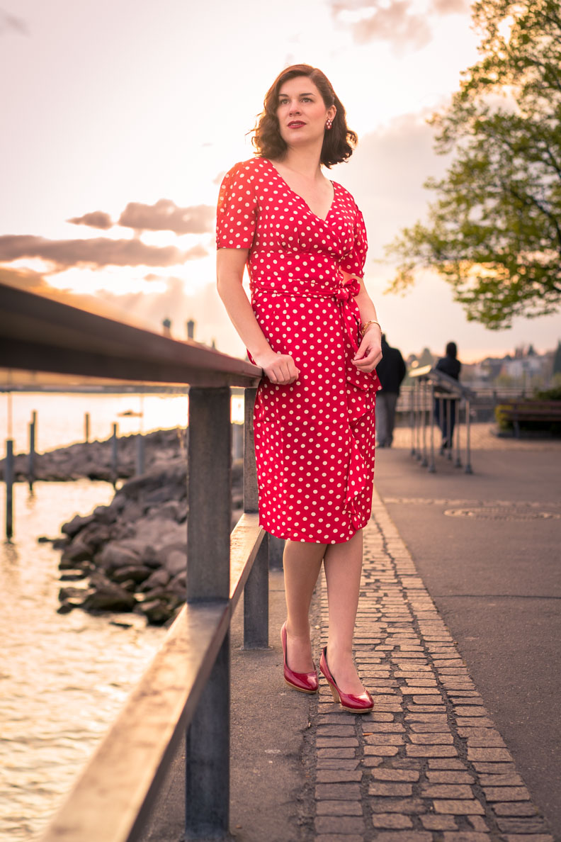 RetroCat in einem 40er-Jahre-Kleid mit Polka-Dots