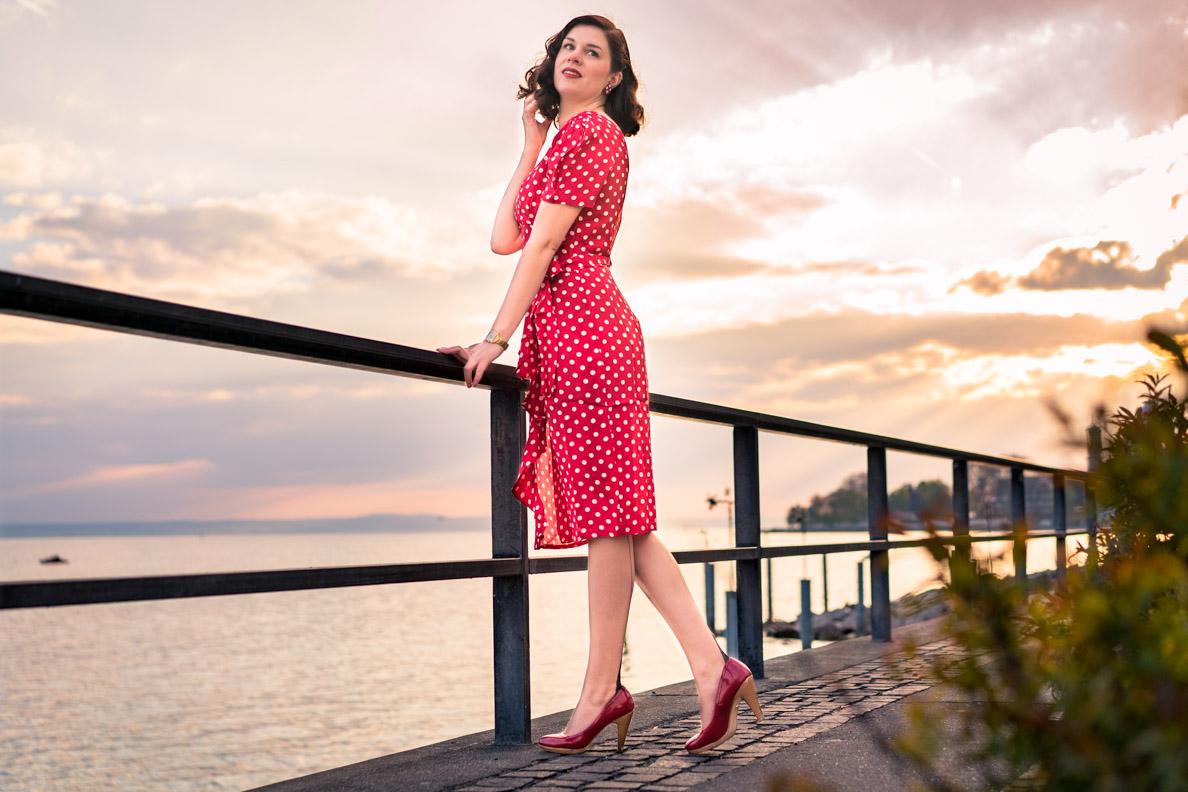 RetroCat mit einem Kleid von The Seamstress Of Bloomsbury und Nahtstrümpfen von Secrets in Lace