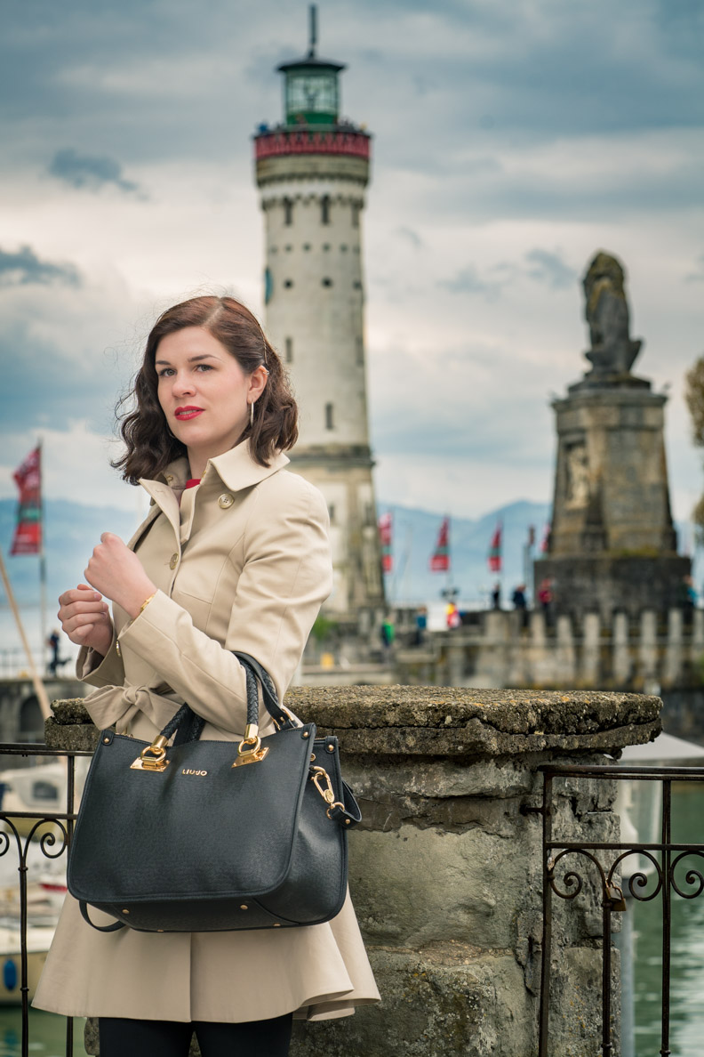 Mode-Bloggerin RetroCat mit einem Trenchcoat von Ted Baker in Lindau am Bodensee