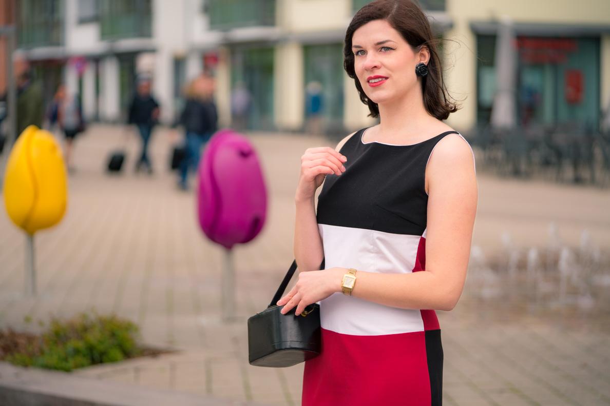Mode-Bloggerin RetroCat mit dem Kelly Dress und einer Vintage-Handtasche