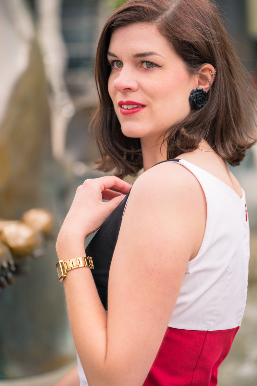 RetroCat mit dem Kelly Dress von Grünten Mode und Ohrringen von Glitter Paradise