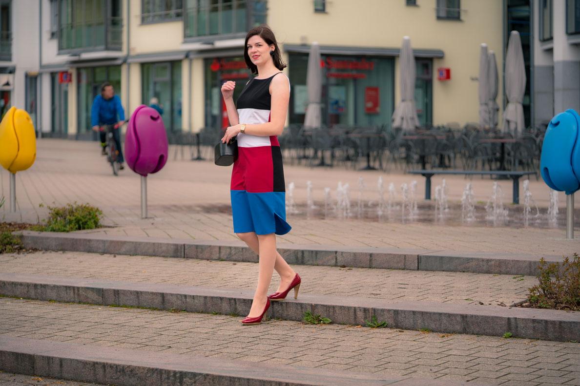 Bloggerin RetroCat mit dem Kelly Dress im Stil der 60er-Jahre