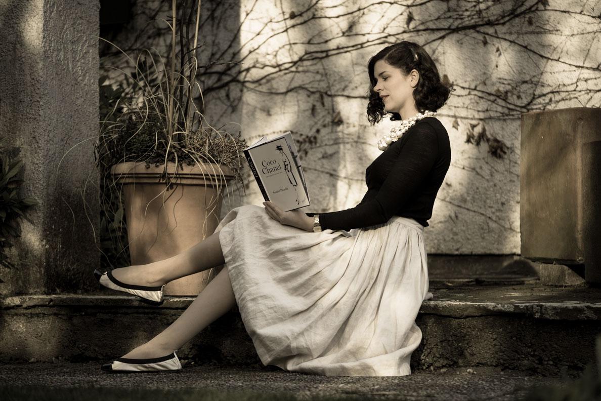 RetroCat beim Lesen eines Buches über Coco Chanel