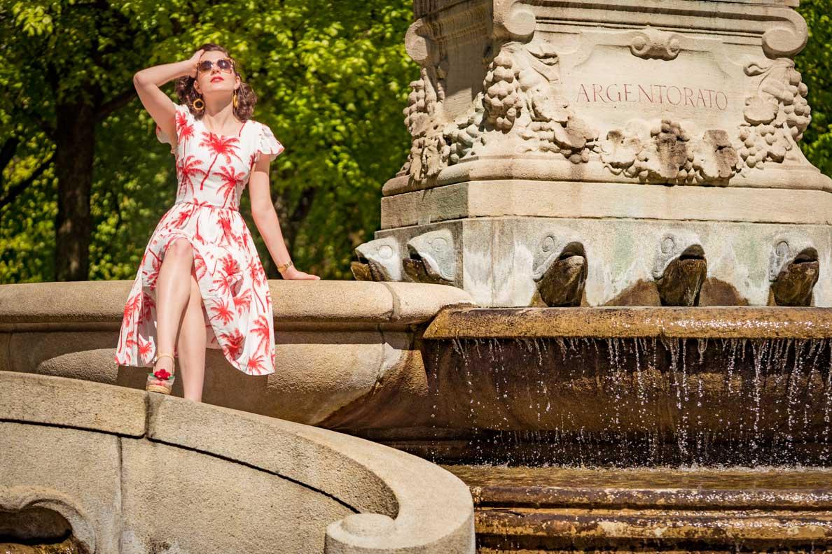 """RetroCat in einem 60er-Jahre-Kleid namens """"Palm Dress"""" in München"""